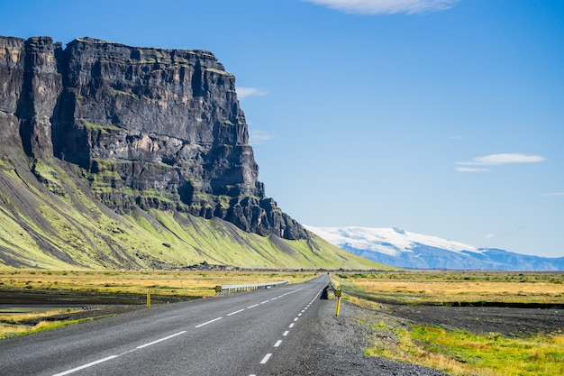 Estrada asfaltada na islândia