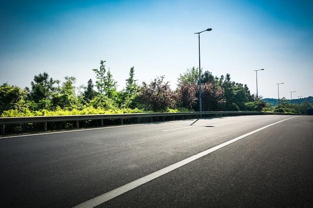 Estrada asfaltada na toscana, itália