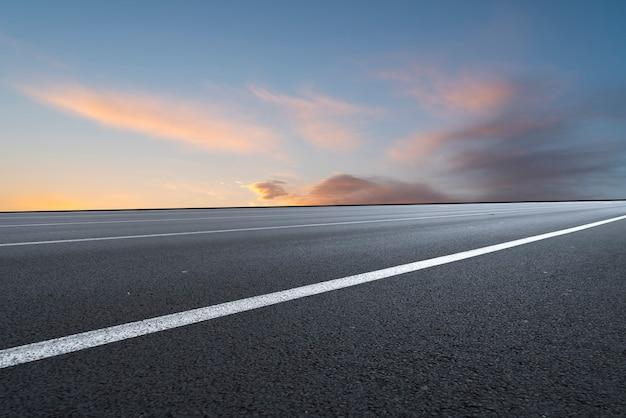 Estrada asfaltada sob o céu azul