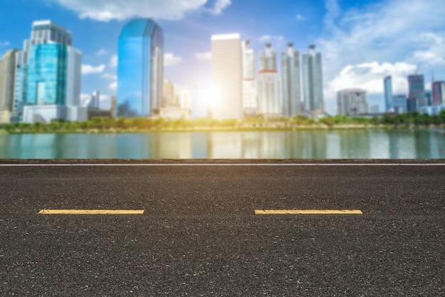 Estrada asfalto, com, marcação, linhas listras brancas, textura, e, cityscape, ligado, skyline, de, centro cidade