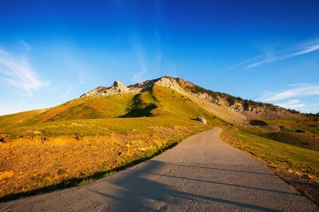 Estrada através do passe de montanha