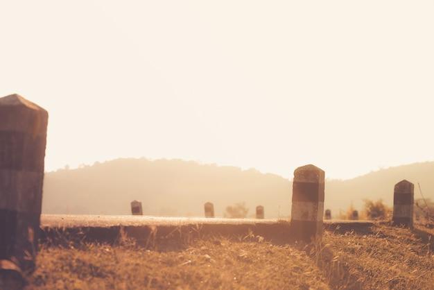 Estrada, através, paisagem viagem de carro e estrada cênica e pôr do sol. conceito de viagens rodoviárias.