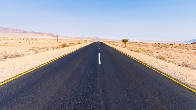 Estrada aus luderitz, cruzando a paisagem do deserto, namíbia, áfrica.