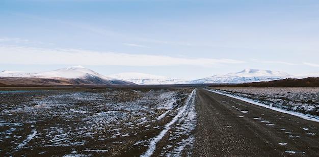 Estrada cascalho, em, a, nevado, montanhas, de, islândia, após, um, dia chuvoso, com, lama