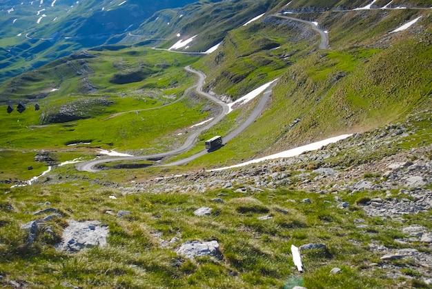 Estrada cênica nas montanhas do montenegro