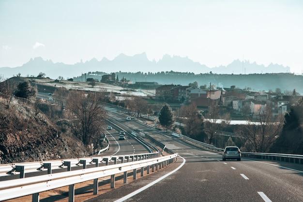Estrada cercada por montes