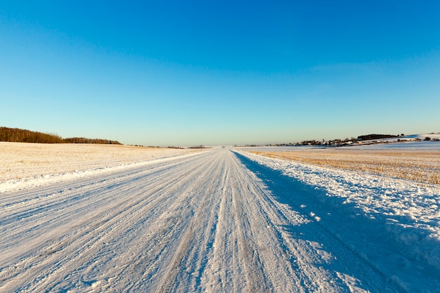 Estrada coberta de neve após a última nevasca