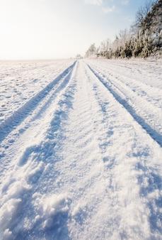 Estrada coberta de neve de inverno pela manhã