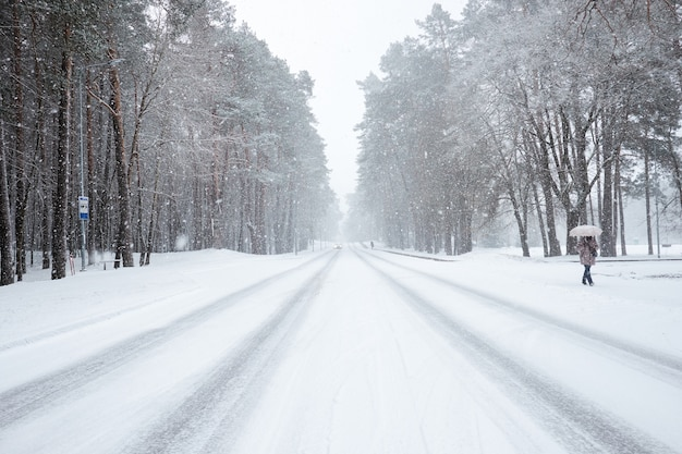 Estrada coberta de neve durante a queda de neve.