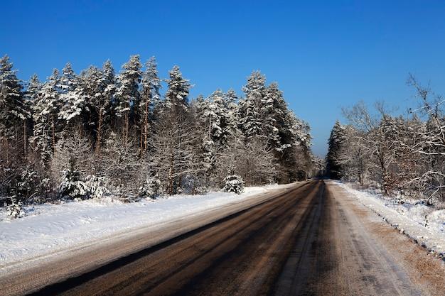 Estrada coberta de neve no inverno. foto de close-up