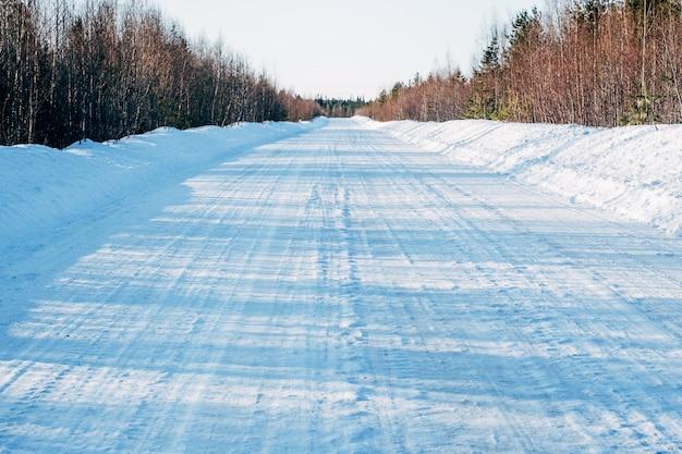 Estrada coberta de neve vazia