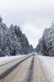 Estrada coberta de neve