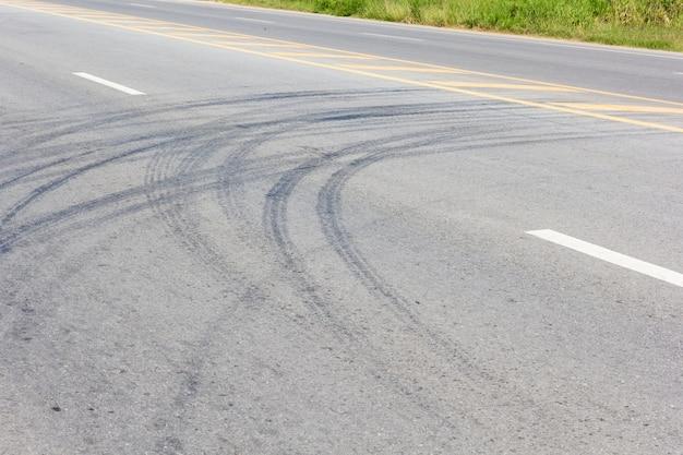 Estrada com faixas de pneus