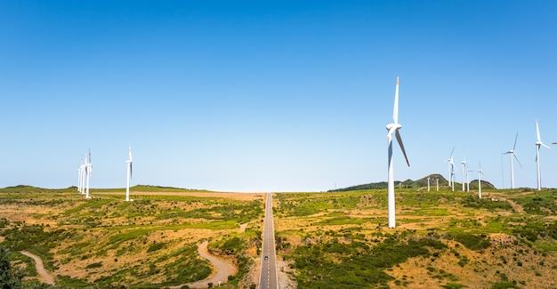 Estrada com moinhos de vento