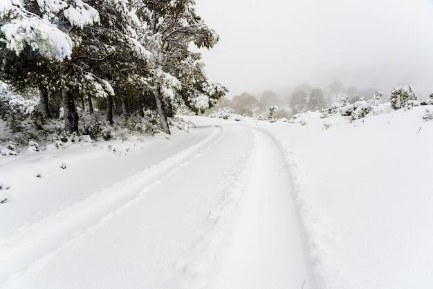 Estrada com neve difícil de alcançar