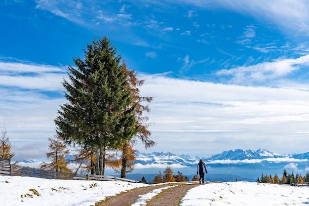 Estrada com neve no tirol do sul, dolomitas, itália