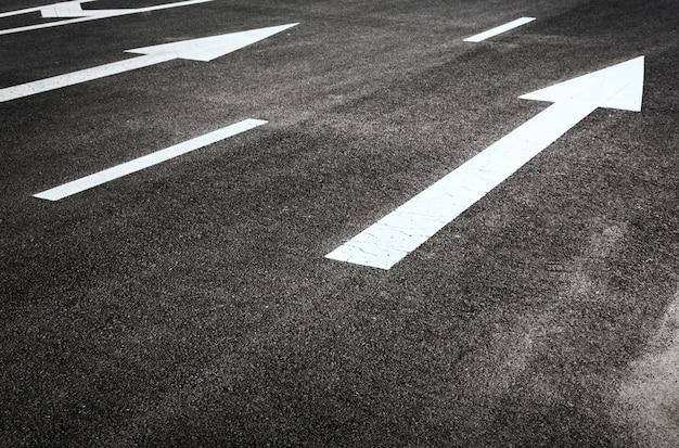Estrada com setas