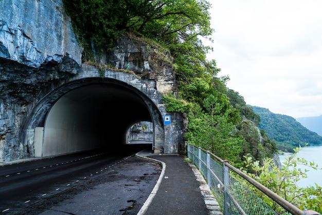 Estrada com túnel