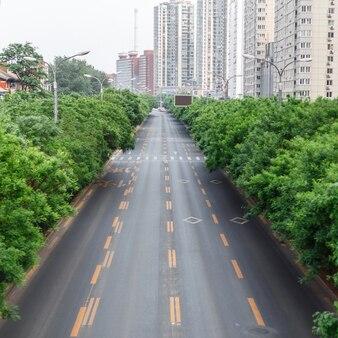 Estrada com uma marcação a trilha