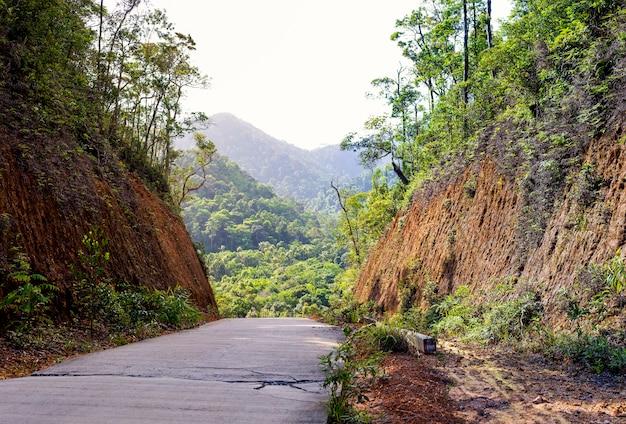 Estrada concreta velha que passa através do desfiladeiro, a rota rural de ásia.