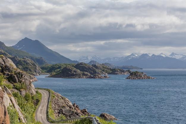Estrada costeira na noruega que leva a bodo