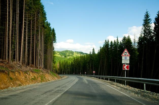 Estrada curva vazia