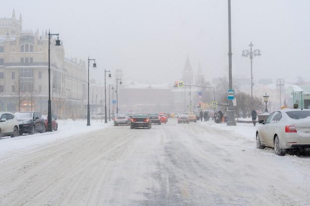 Estrada da cidade coberta de neve com carros à margem na temporada de inverno b