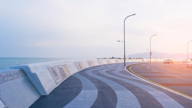 Estrada da curva perto do mar em busan, coreia.