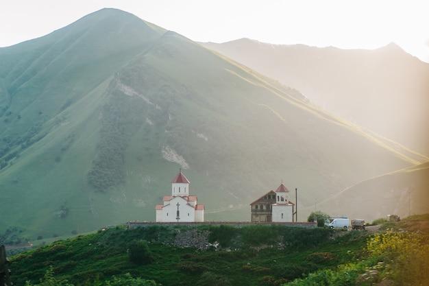 Estrada da estrada militar da geórgia, gudauri, igreja da montanha.