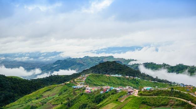 Estrada da montanha em (phu tubberk) no parque nacional de phu hin rong kla