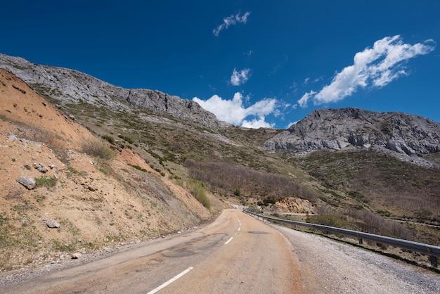 Estrada da montanha na província de palencia, castilla y leon, espanha.