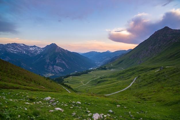 Estrada da montanha que conduz à passagem de montanha alta nos cumes italianos.