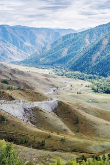 Estrada da montanha serpentina vista do trato chuysky da passagem chiketaman montanhas altai, rússia