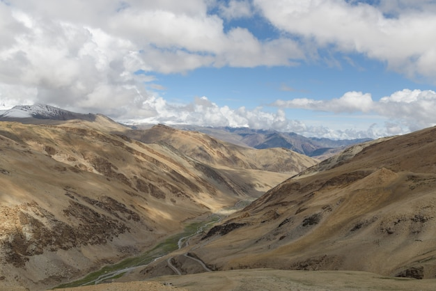 Estrada de alta altitude na montanha do himalaia com pico de neve
