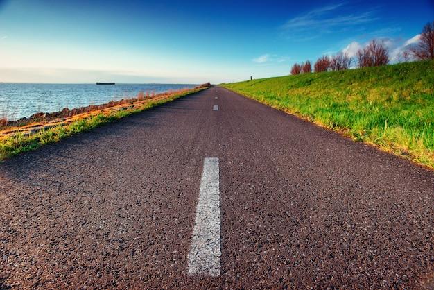 Estrada de asfalto ao longo do mar em um dia de verão fantástico