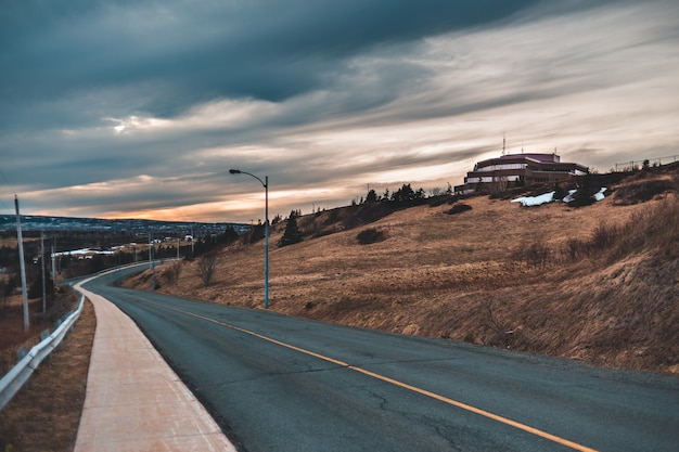 Estrada de asfalto cinza sob céu nublado durante o dia