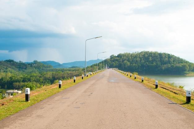Estrada de asfalto com fundo de árvore natural