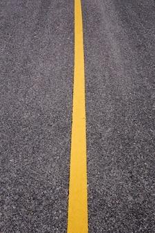 Estrada de asfalto com linha amarela