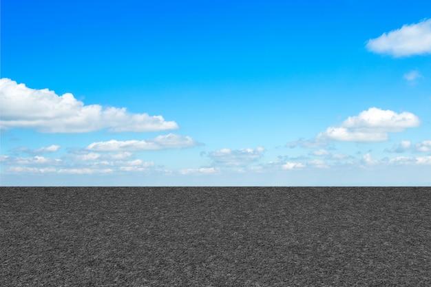 Estrada de asfalto com linhas de marcação textura de listras brancas e textura de fundo de céu azul com