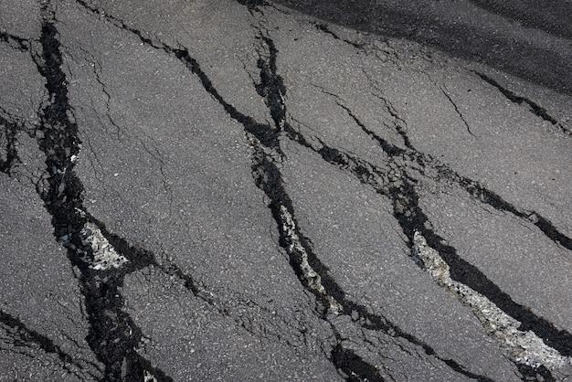 Estrada de asfalto com rachaduras