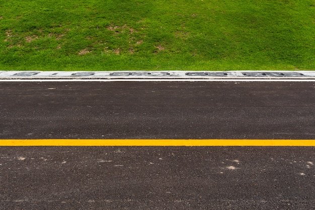 Estrada de asfalto com textura de listras brancas de linhas de marcação