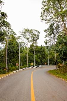 Estrada de asfalto curvada na tailândia