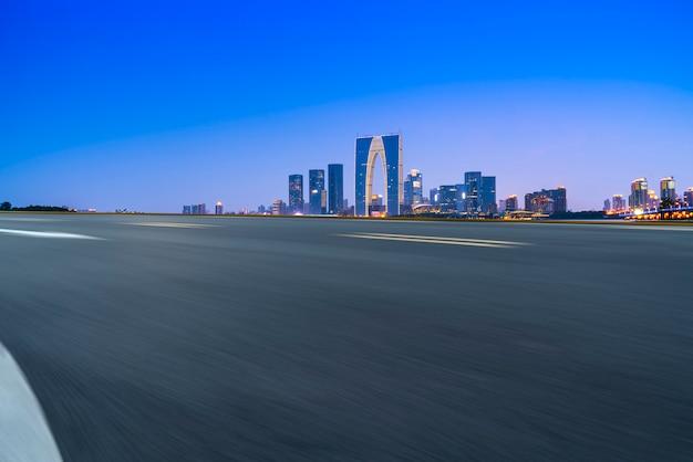 Estrada de asfalto de rodovia de ar e edifício comercial de edifícios urbanos modernos em suzhou