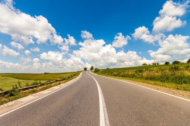 Estrada de asfalto de verão. bela estrada amarela entre a paisagem de campos.