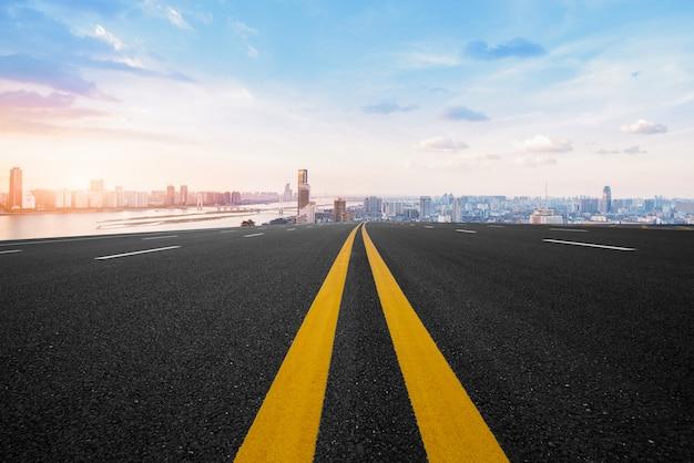 Estrada de asfalto e cidade moderna