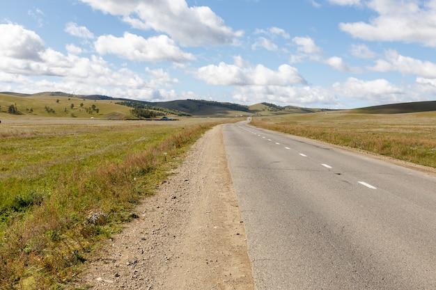 Estrada de asfalto na estepe mongol