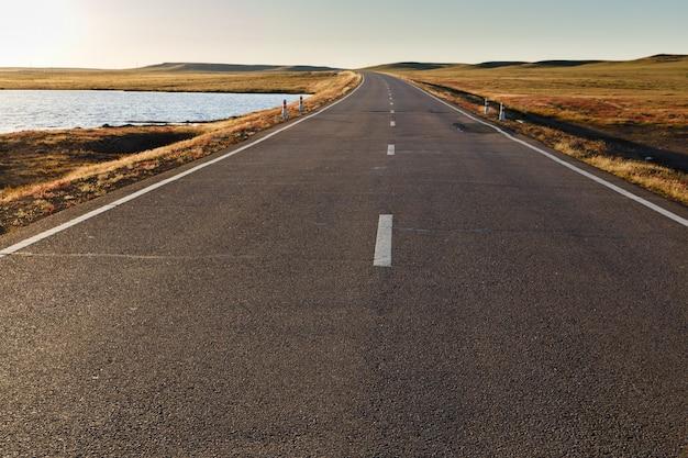 Estrada de asfalto na mongólia