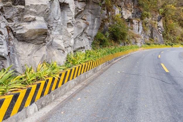 Estrada de asfalto nas montanhas