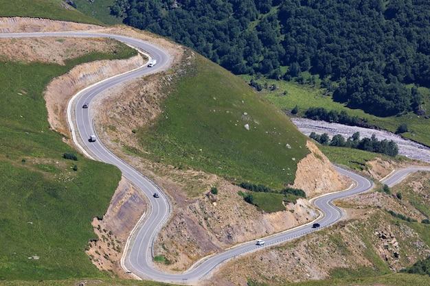 Estrada de asfalto para carros no sopé do cáucaso do norte, na rússia.