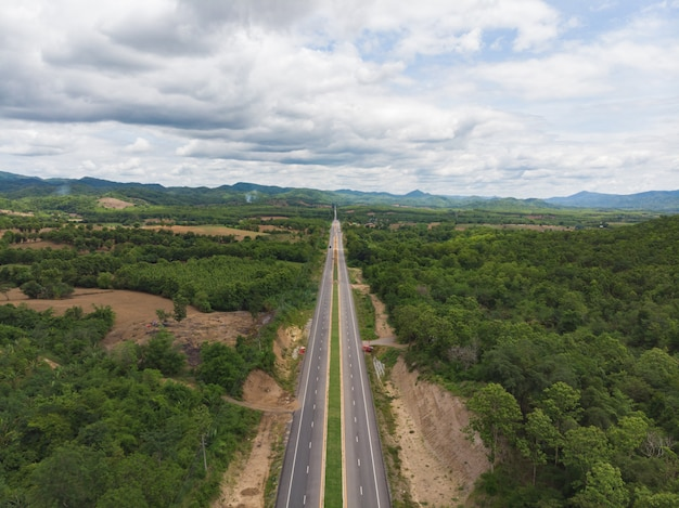 Estrada de asfalto pela montanha e floresta